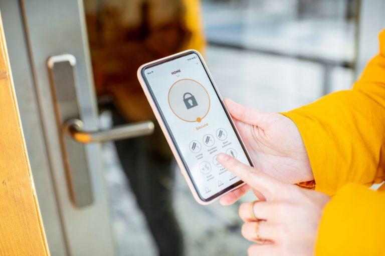 Imagem de uma pessoa configurando uma fechadura eletrônica.