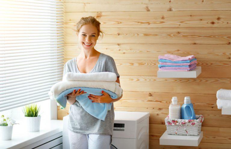 Imagem de uma mulher em uma lavanderia.