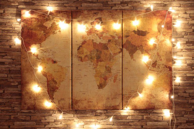 Imagem de quadro com mapa decorado com cordão de luz