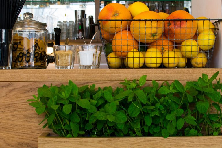 Fruteira sobre bancada da cozinha.