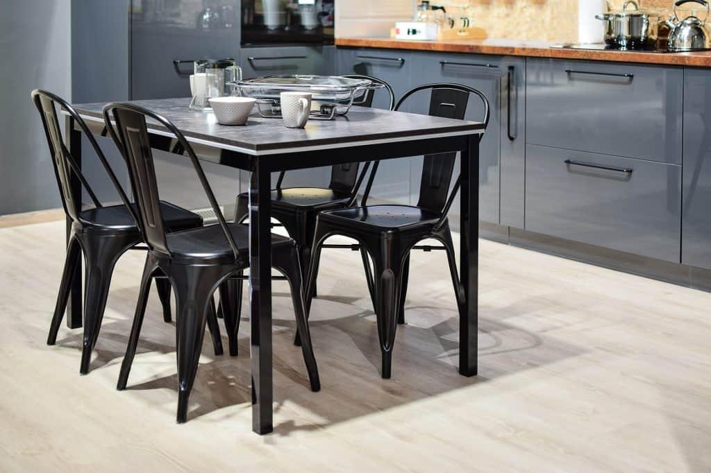 Imagem de uma mesa com tampo de vidro.