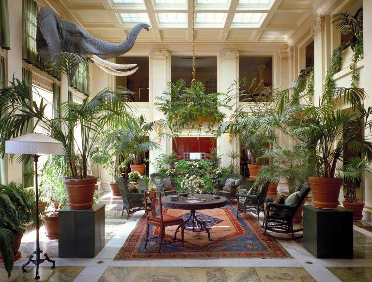Decoração luxuosa e exótica com uso de tapete persa retangular