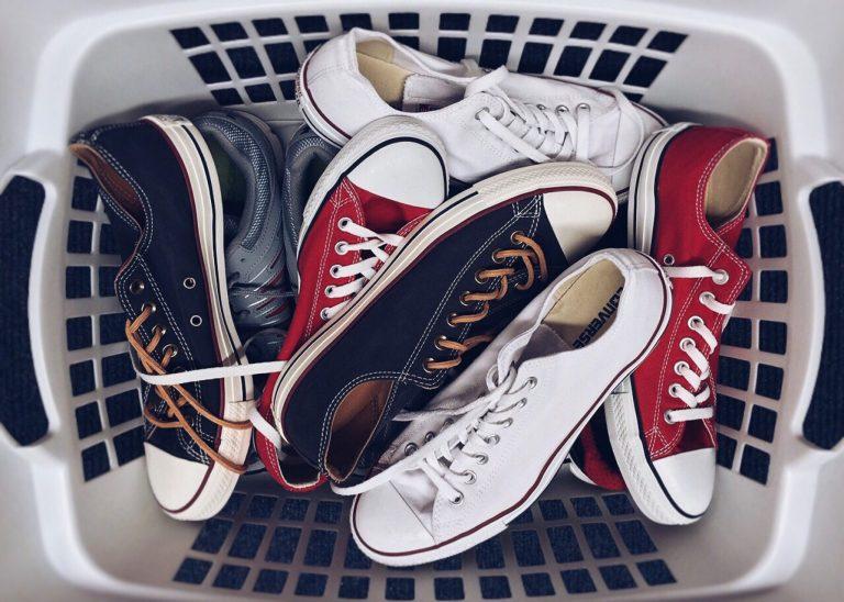 Imagem de um cesto de calçados.
