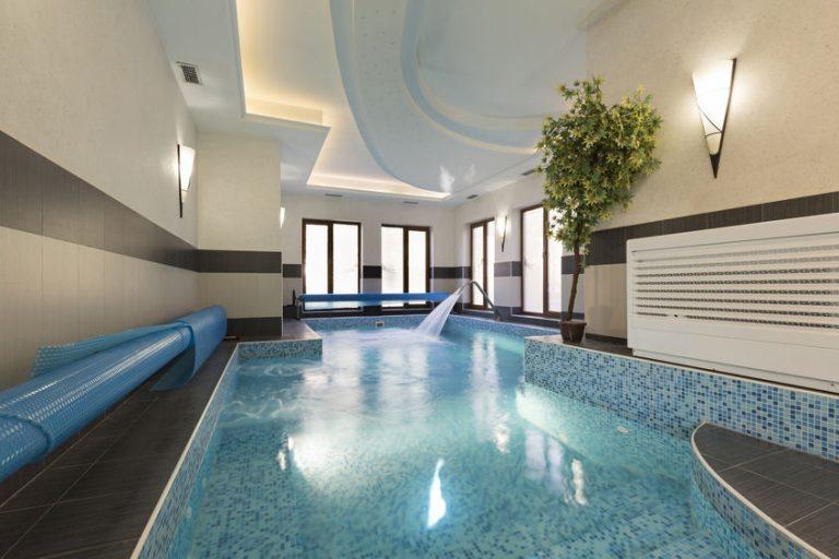 Imagem de piscina com lona térmica enrolada na lateral