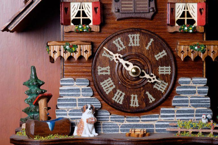 Imagem de relógio cuco de madeira com cenário de chalé e cachorro São Bernardo