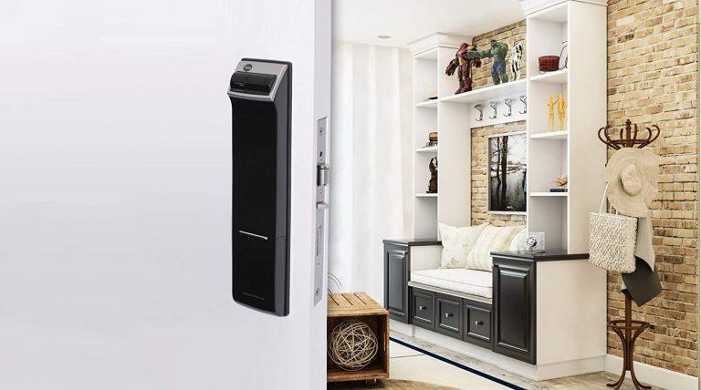 Porta aberta com fechadura biométrica e sala de estar no fundo.