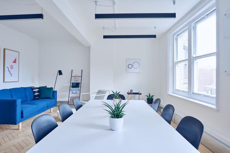 Imagem de sala moderna com luminárias de teto industriais