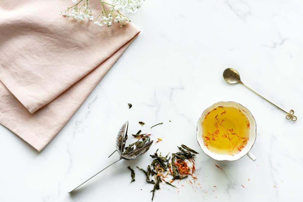 Imagem de infusor com ervas e chá.