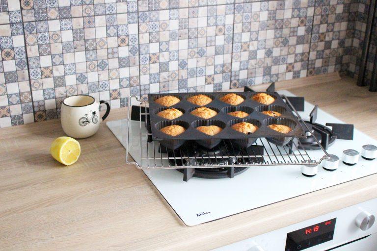 Forma de silicone descansa em grade sobre o fogão com muffins recém-saídos do forno