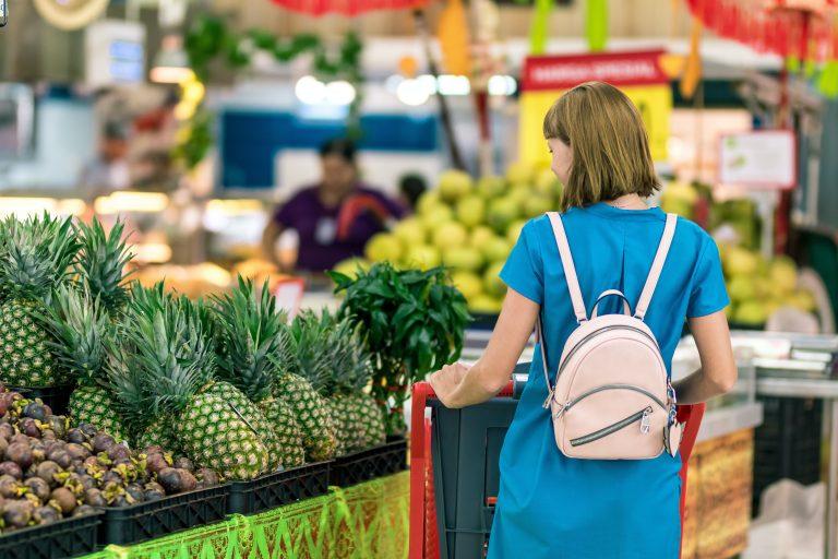Mulher fazendo compra no supermercado.