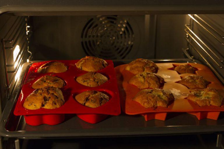Formas de silicone com muffins no forno
