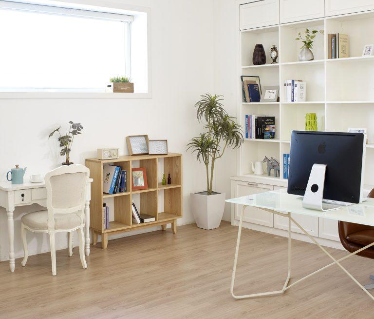 Imagem de escritórios com quatro porta-retratos espalhados por bancadas e estantes