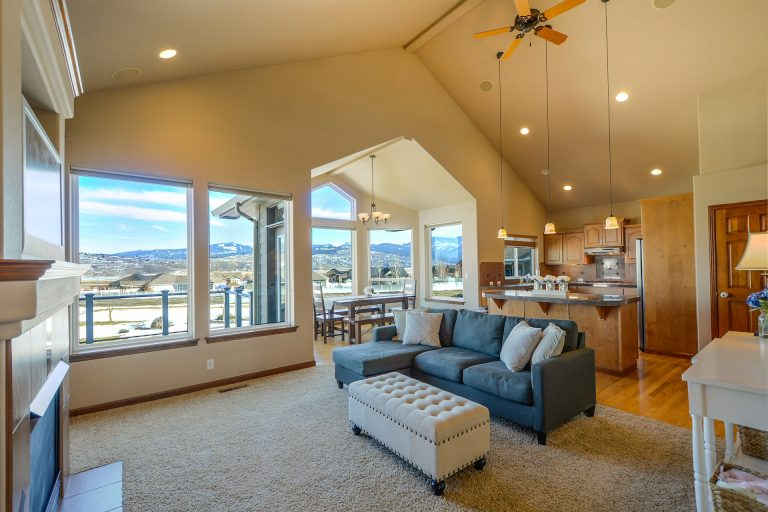 Imagem de casa com conceito aberto e várias luminárias de teto diferentes
