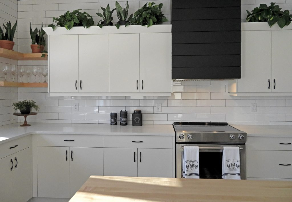 Cozinha branca toda organizada.