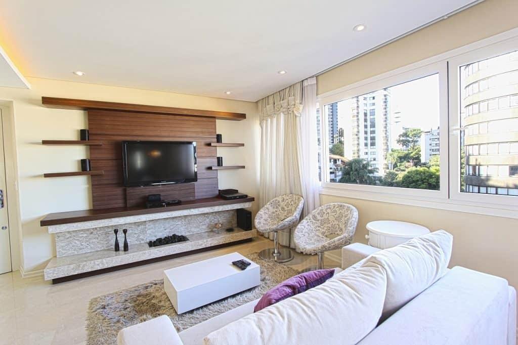 Estante para TV de parede em sala de estar moderna.