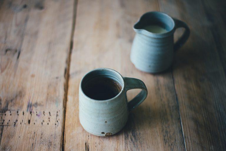 Imagem de fervedores de cerâmica azul com café e leite