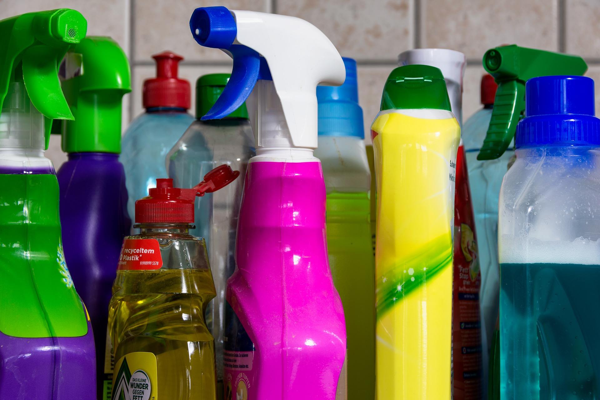 Imagem de várias embalagens de desinfetante em cores e formatos diferentes