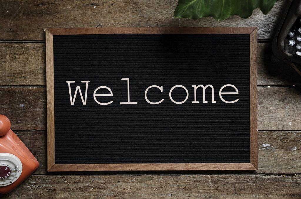 Imagem de placa decorativa personalizável com mensagem de boas-vindas.