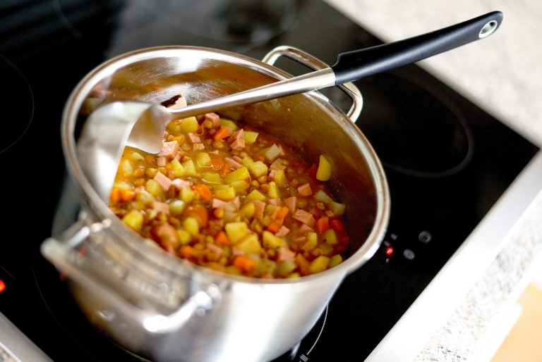 Imagem de caçarola com ensopado sobre o fogão