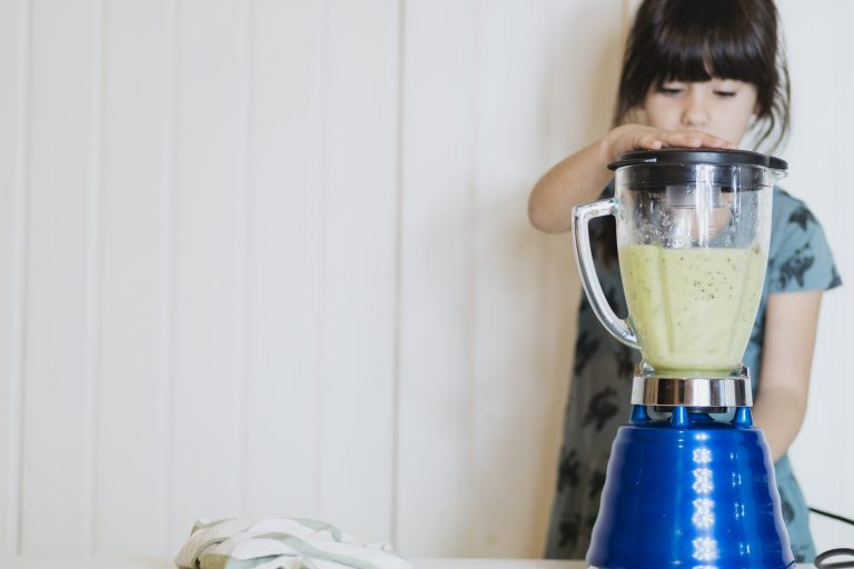 Criança prepara vitamina no liquidificador