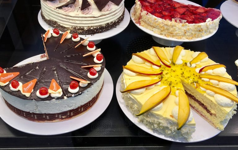 Imagem de tortas doces de chocolate e de frutas