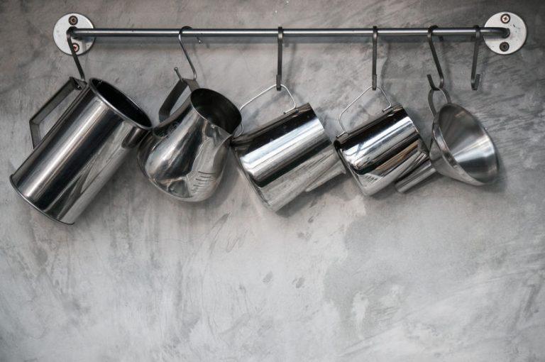 Imagem de funil de aço inoxidável pendurado junto com outros utensílios de cozinha