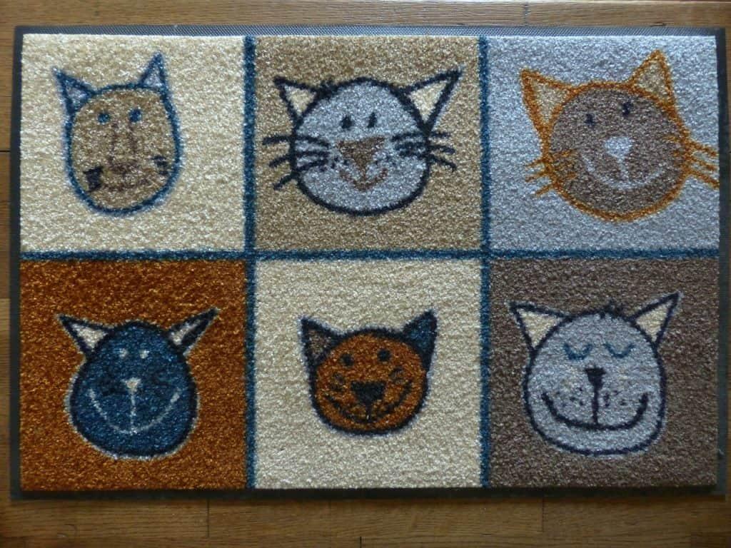 Imagem de tapete para cozinha com estampa de gatos coloridos