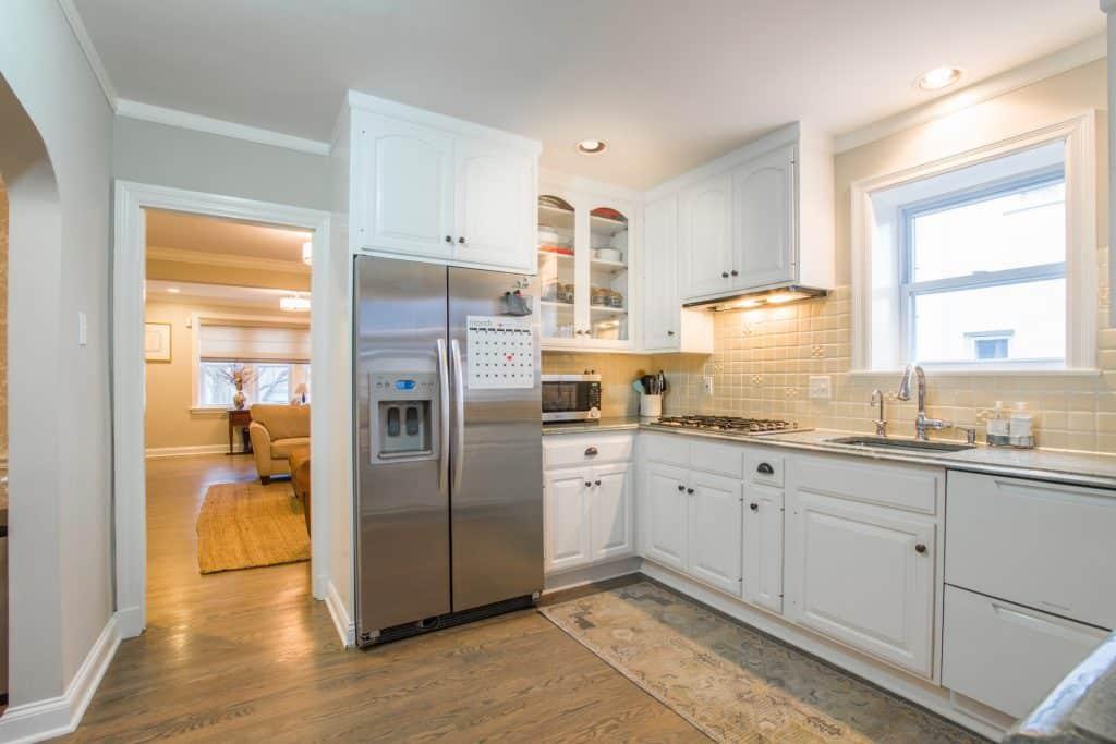 Imagem de uma geladeira grande em cozinha.