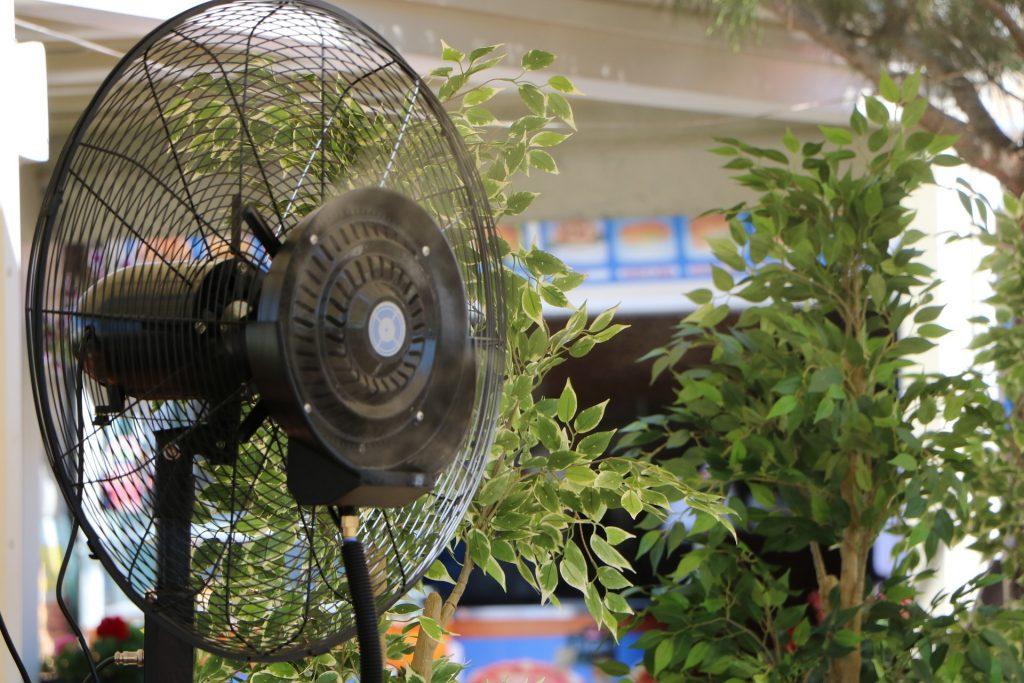 Imagem de ventilador preto com repelente em funcionamento