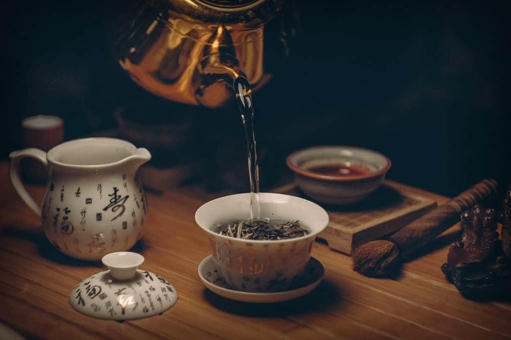 Imagem de serviço de chá oriental sobre mesa de madeira.