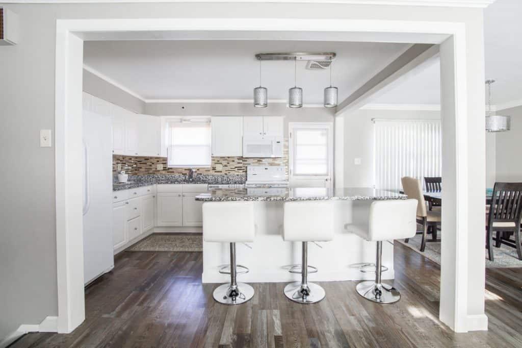 Imagem de cozinha em estilo moderno com tapete de cozinha estampado