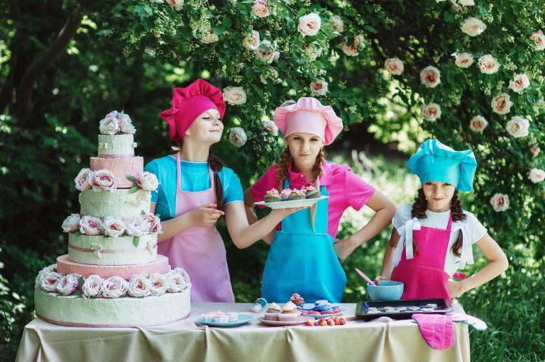 Imagem de crianças preparando bolos e doces com espátula de confeiteiro