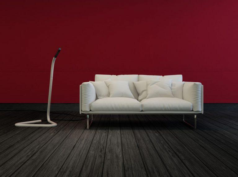 Imagem de sala de estar com dois sofás de dois lugares e mesa de vidro