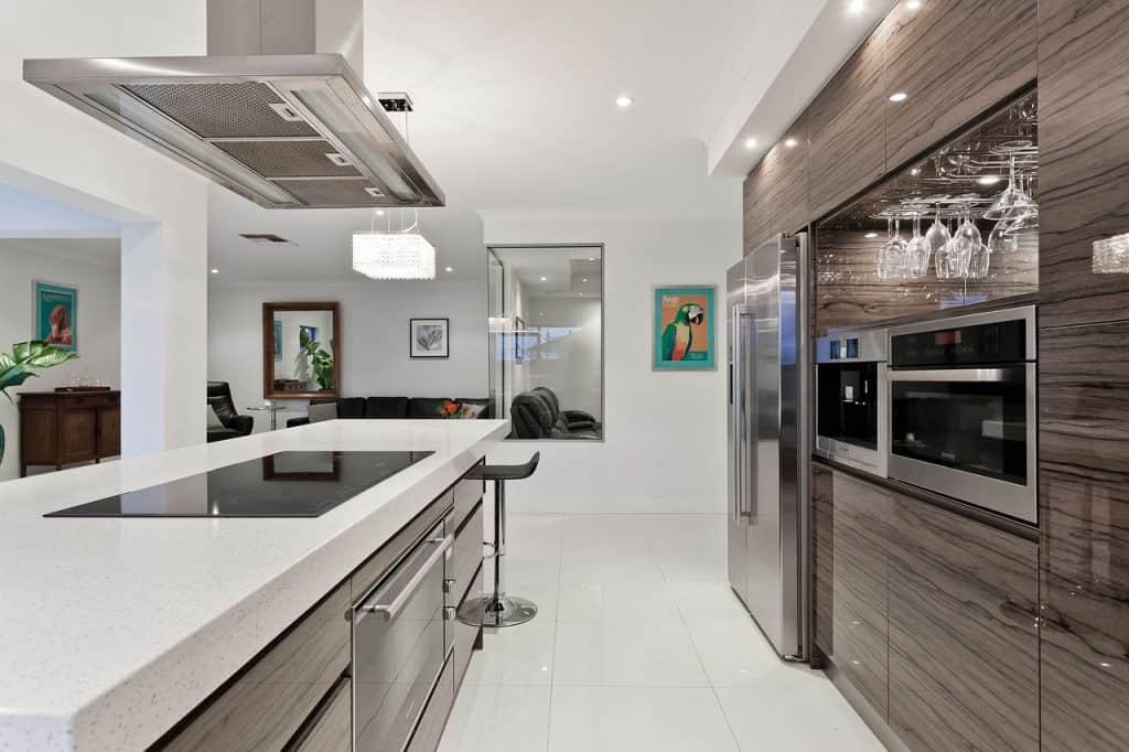 Cozinha com ilha e cooktop.