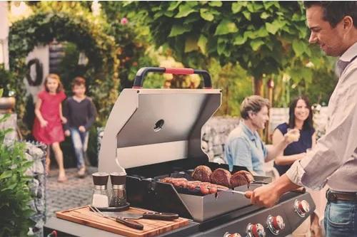Homem prepara churrasco em modelo de churrasqueira a gá Tramontina