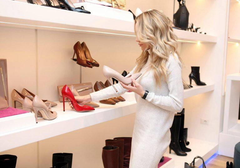 Imagem de uma mulher escolhendo os sapatos.