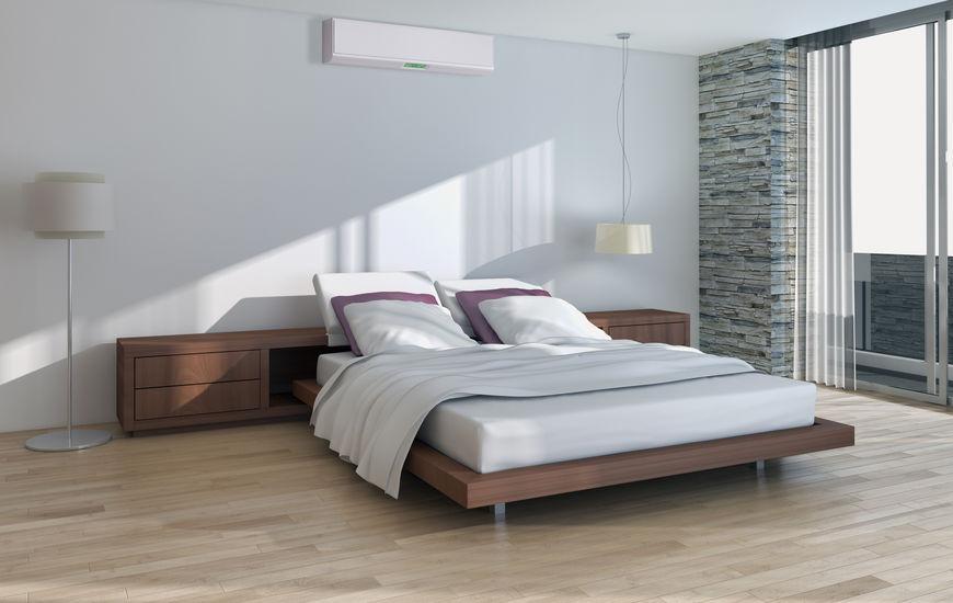 Imagem de um lindo quarto moderno e organizado com ar-condicionado instalado.