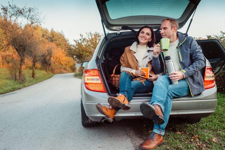 Imagem de um casal tomando uma bebida quente.