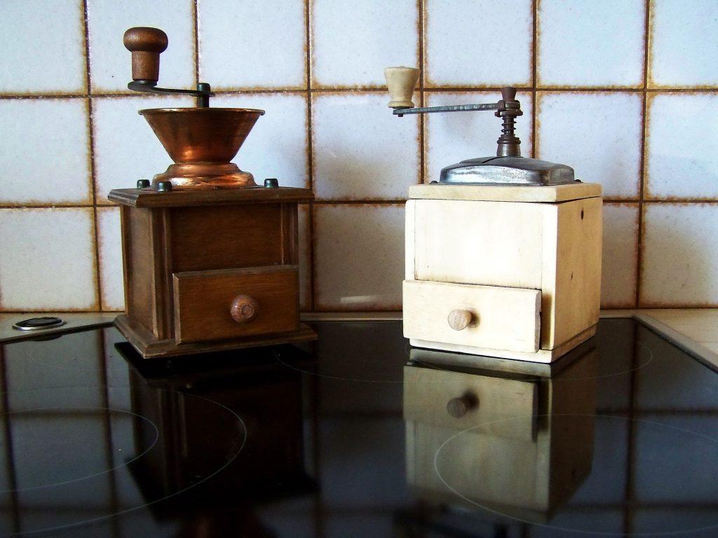 Imagem de dois moedores de café rústicos feitos de madeira