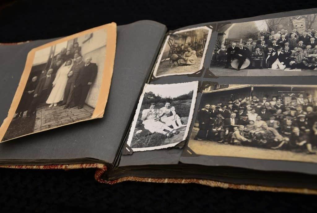 Imagem de álbum de fotografias antigo com foto de família