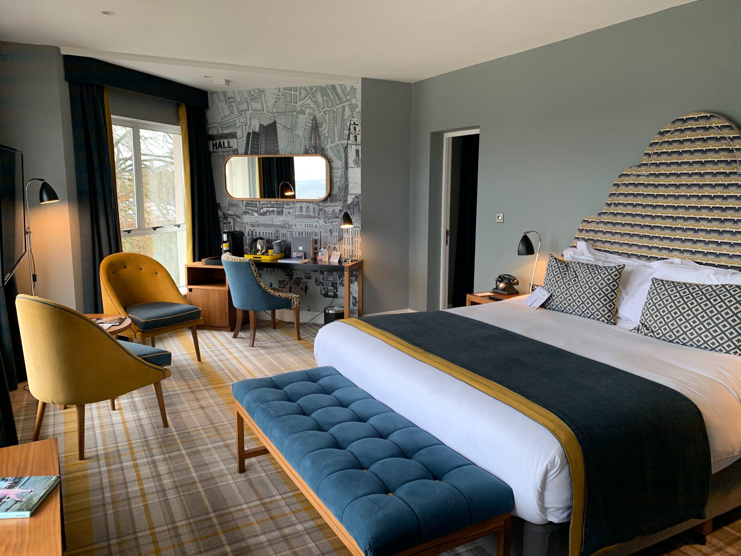 Na foto um quarto com decoração em tons de azul e mostarda