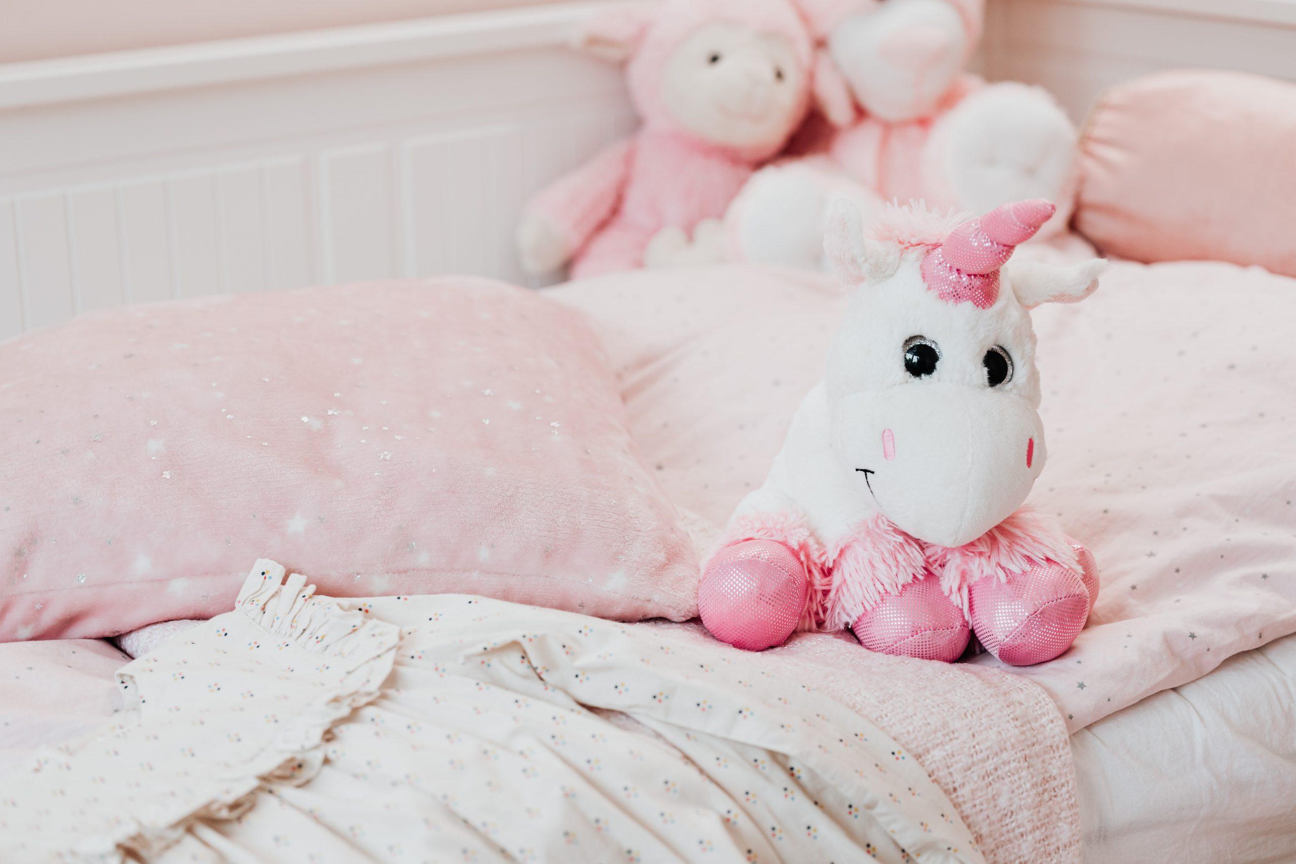 Imagem de um unicórnio de pelúcia sobre a cama