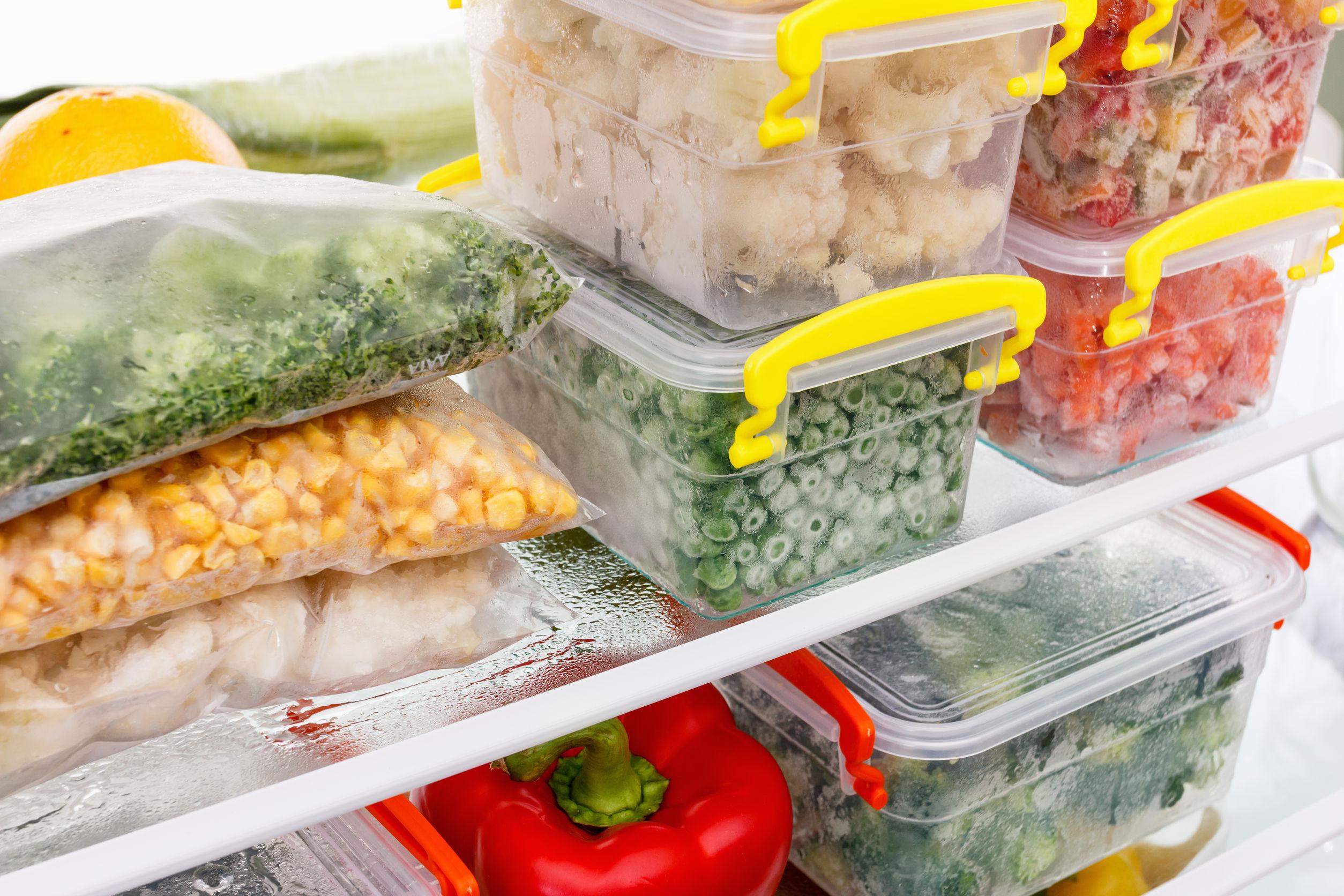 Alimentos organizados no interior de um freezer vertical