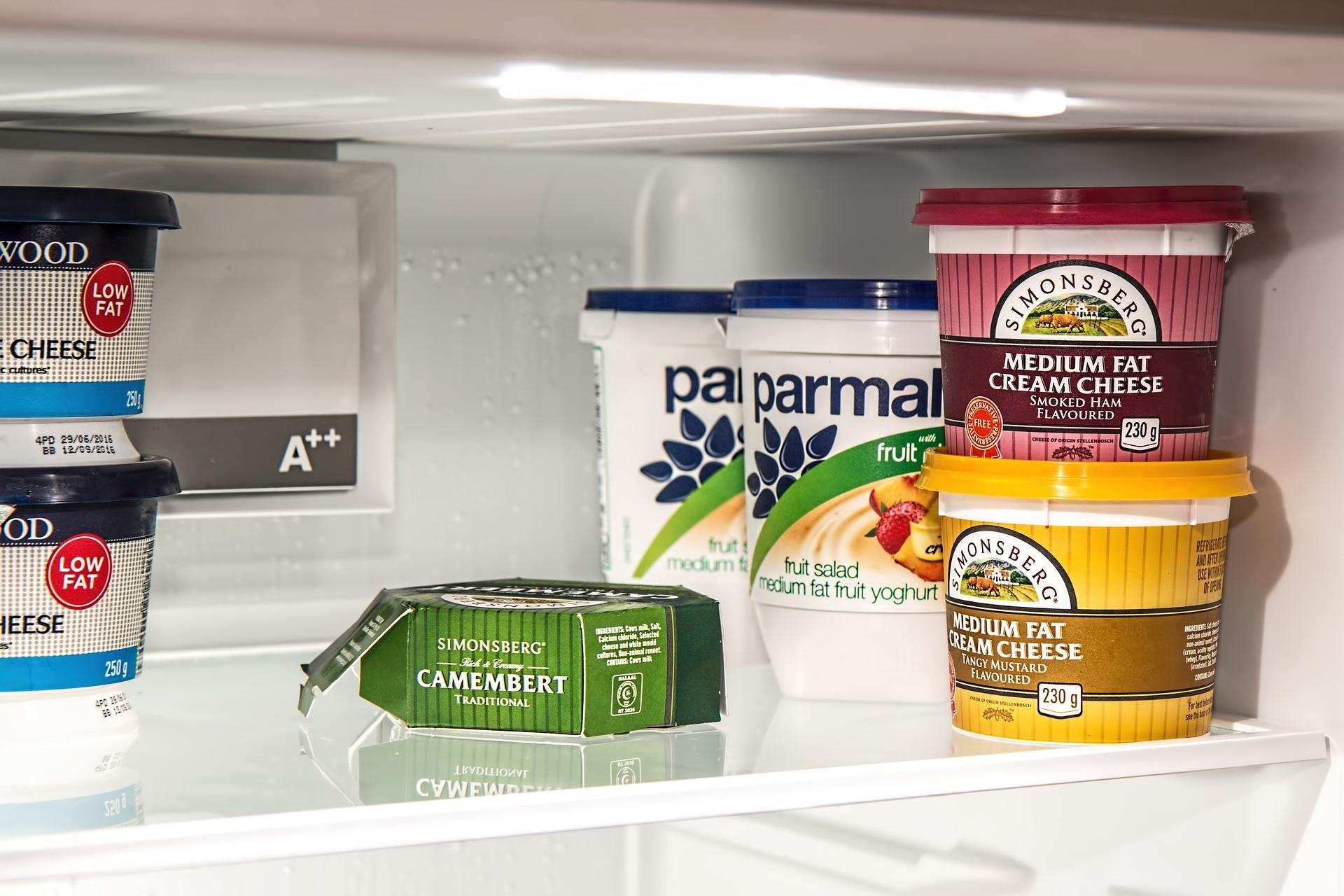 Imagem do interior de uma geladeira.
