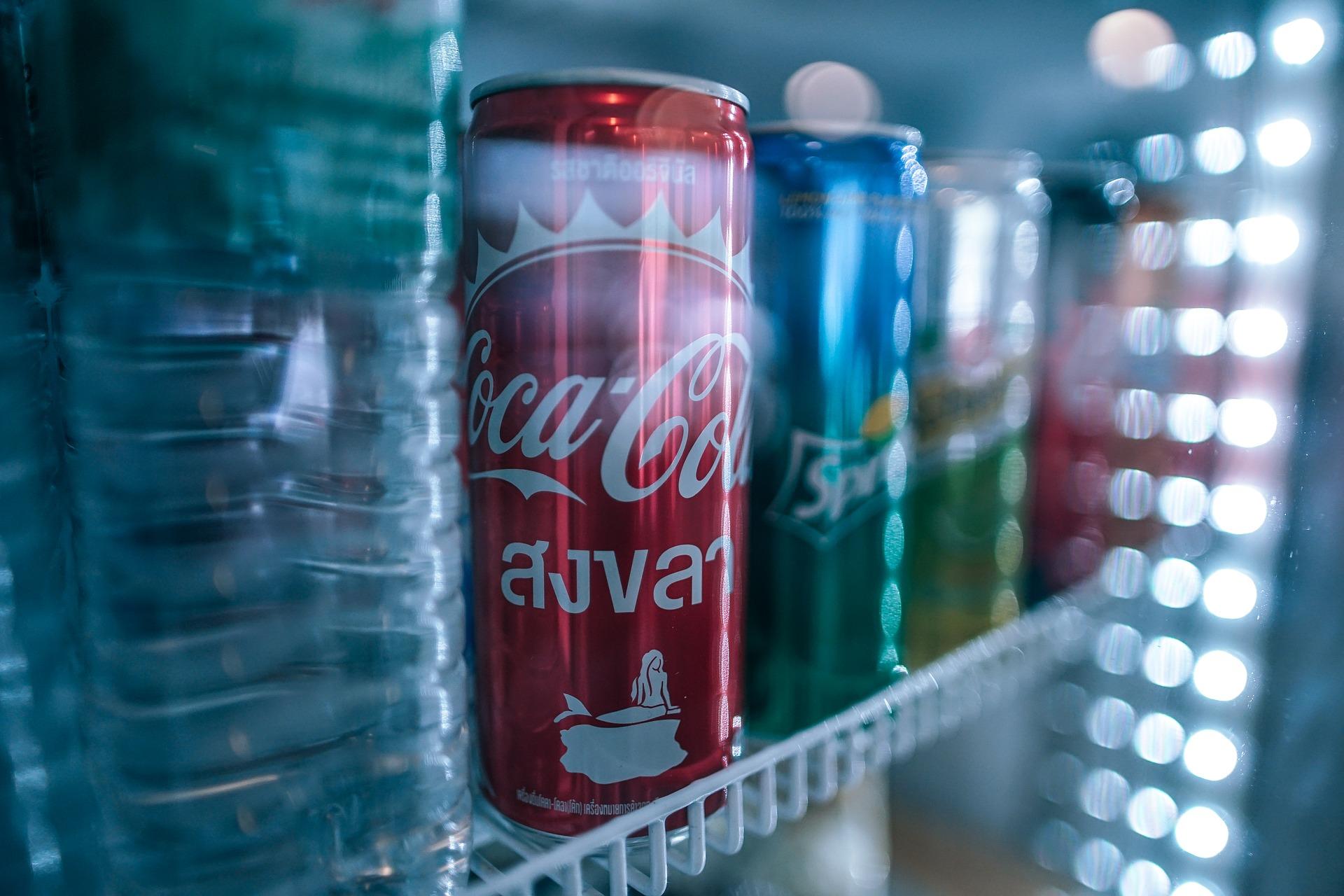 Imagem de uma geladeira com porta de vidro.