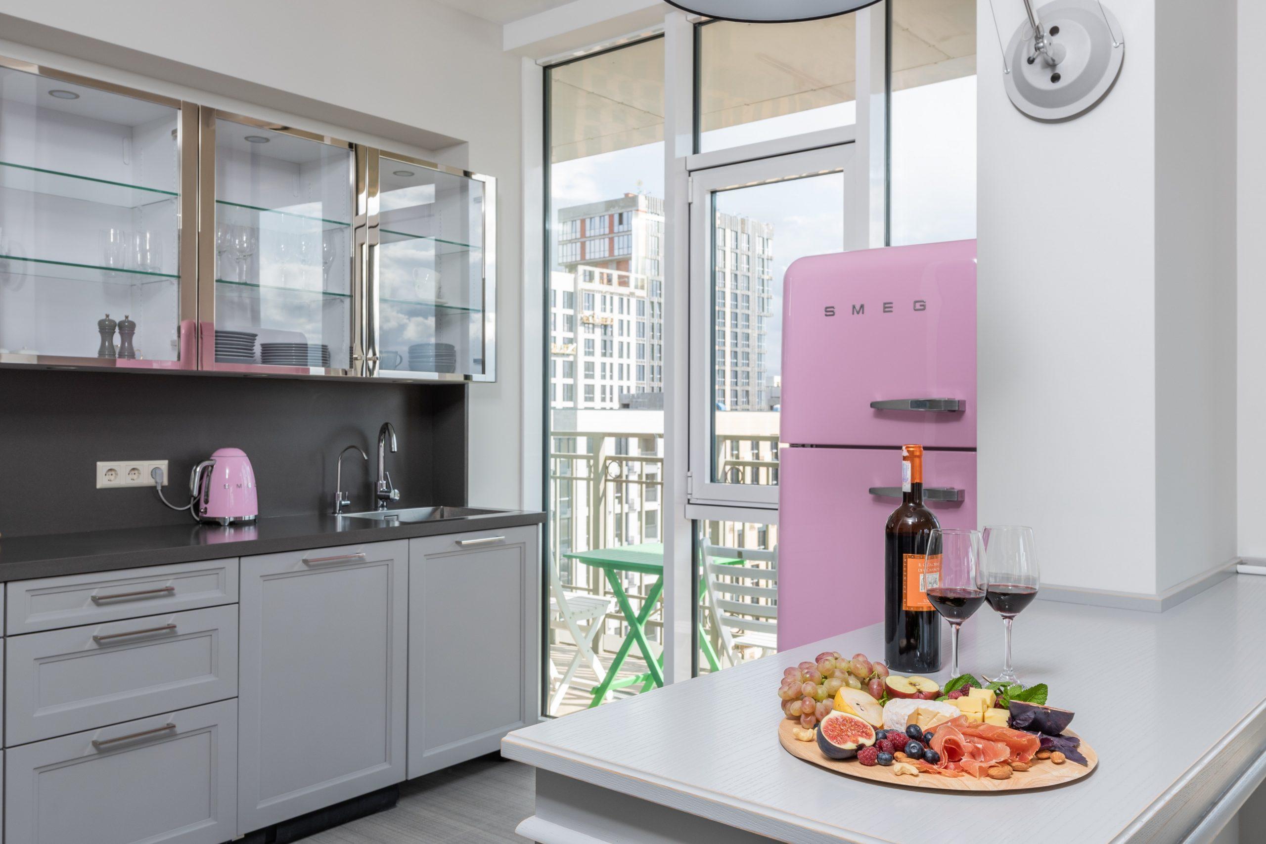 Imagem de uma geladeira retrô.