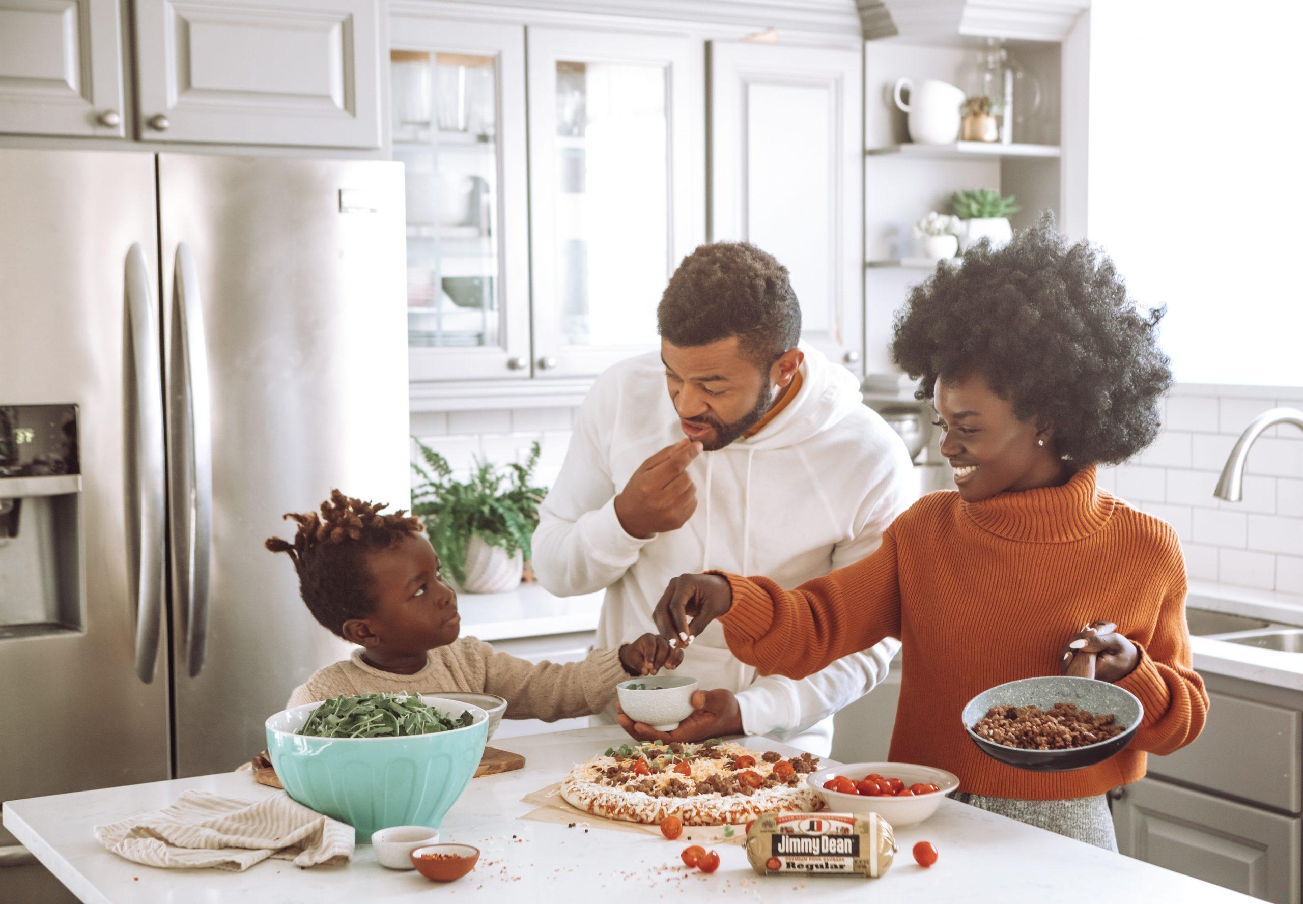 Imagem de uma família preparando uma receita.