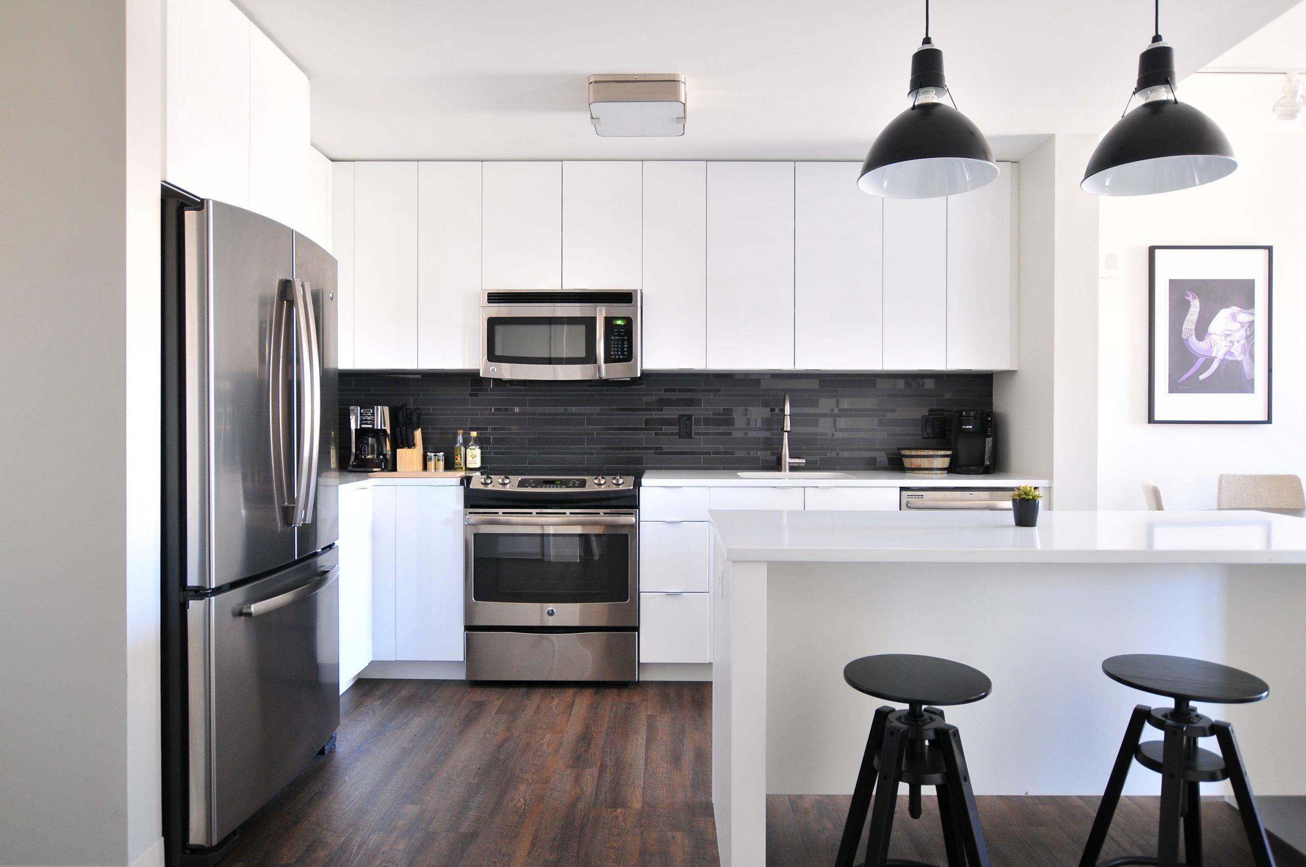 Imagem de uma cozinha moderna e ampla
