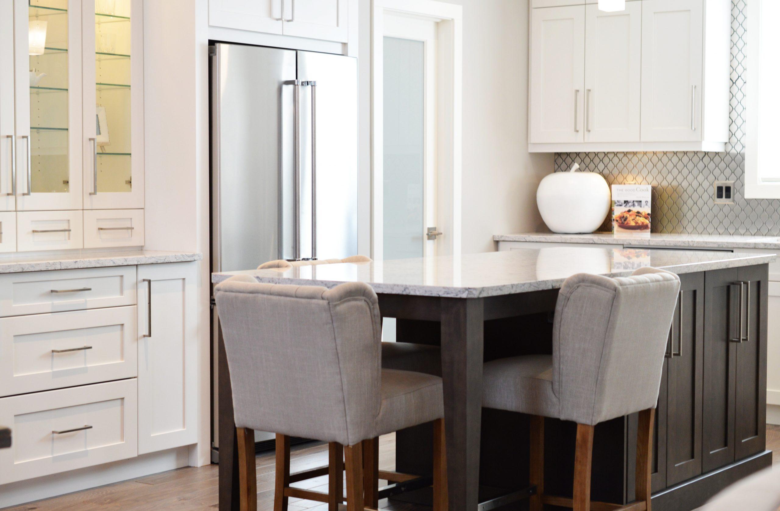 Imagem de cozinha moderna com geladeira duplex de inox
