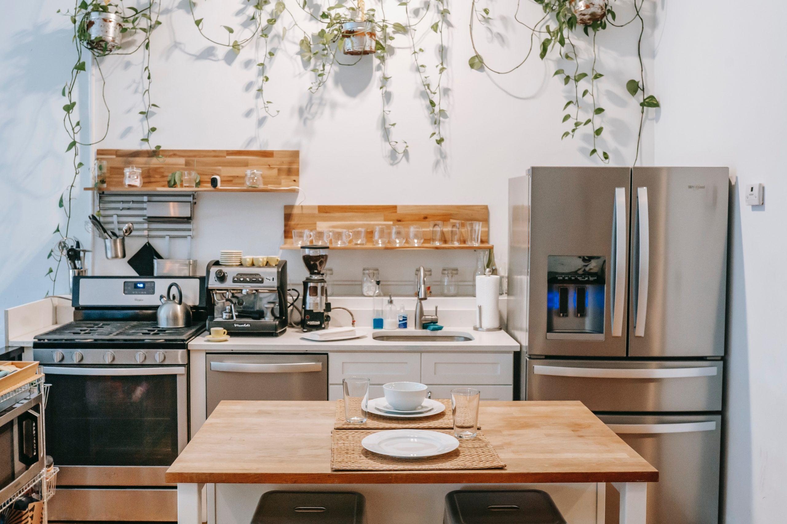 Cozinha equipada com geladeira frost free